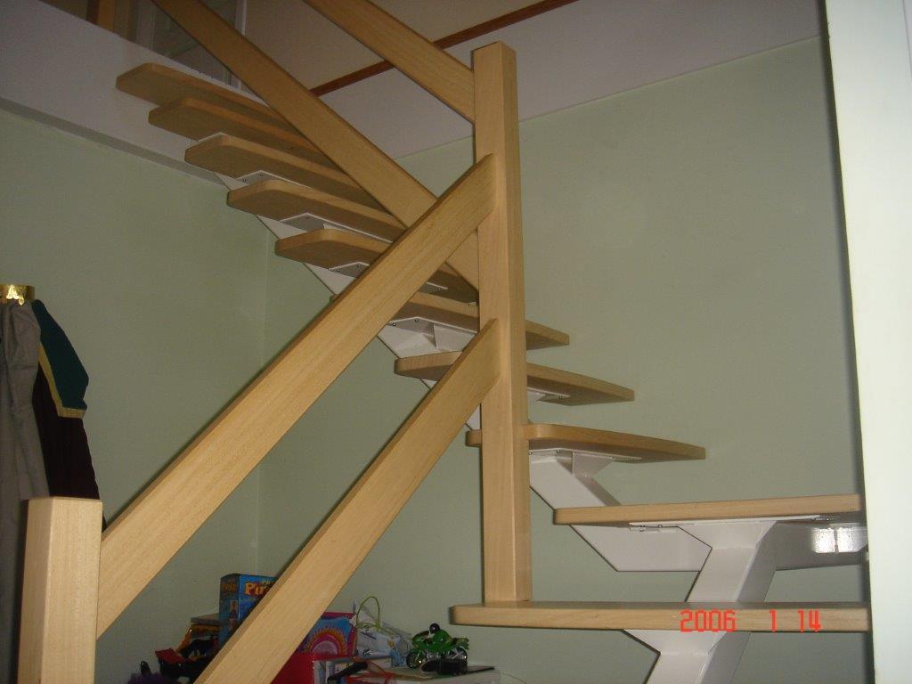 escalier à limon centrale et marche en hêtre