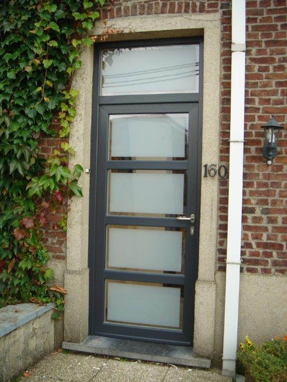porte d'entrée en PVC structuré gris RAL 7016. double vitrage feuilleté sablé avec bord clair