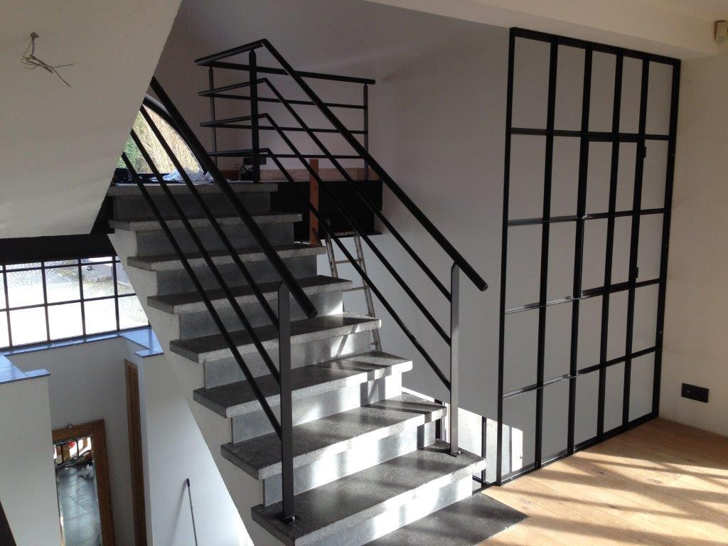 rampe d'escalier métallique et cloison métallique vitrée