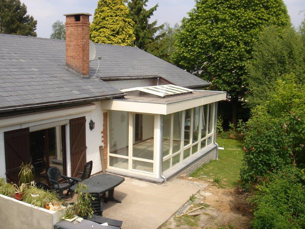 vérandas à toit plat en PVC Décoroc vanille. lucarne en PVC dans la toiture plate