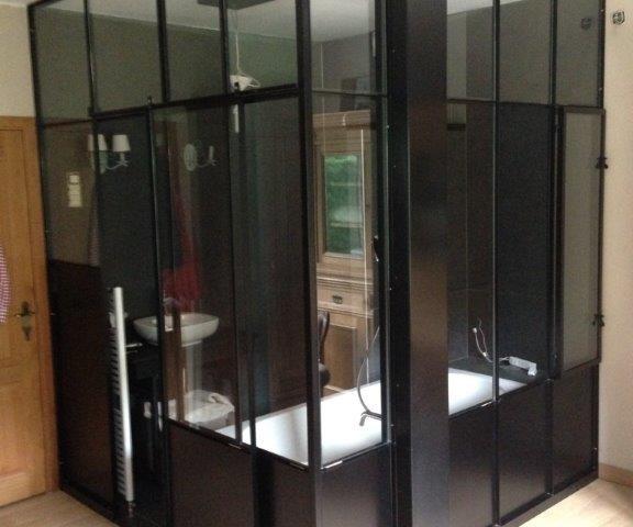 verrière intérieure pour séparation d'un salle de bain dans une chambre, peinture au four et vitrage feuilleté pour la sécurité