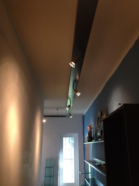 éclairage sur mesure dans un couloir. pièce unique