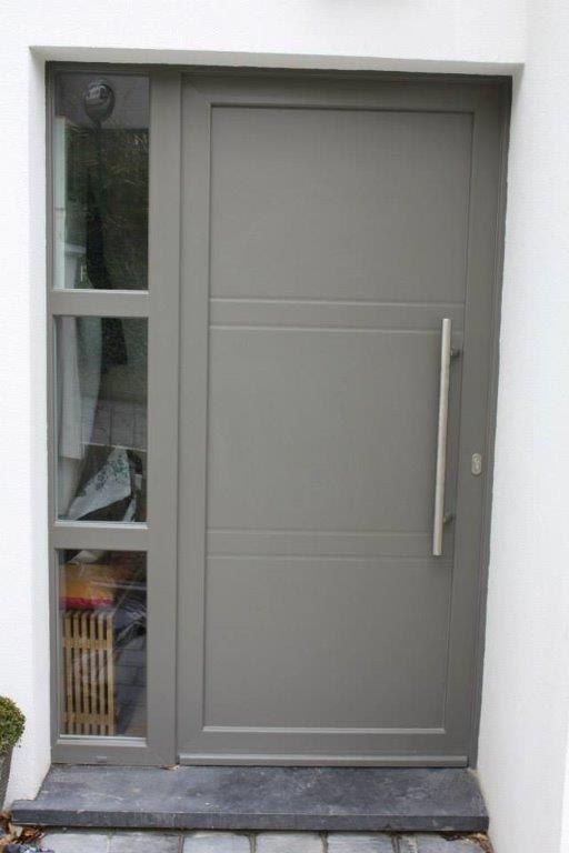 porte d'entrée en PVC décorocgris RAL 7037 avec panneau rainuré