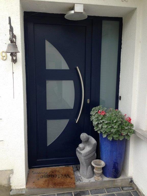 porte d'entrée en PVC structuré bleu RAL 5011. panneau déco Narcis et verre sablé