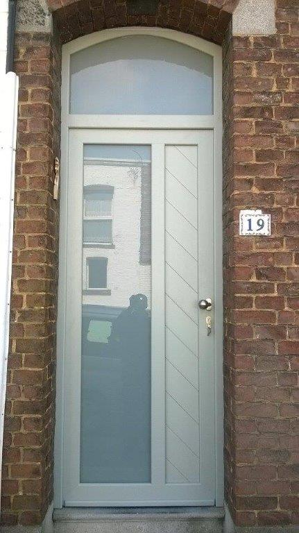 porte d'netrée en PVC structuré gris clair et double vitrage sablé